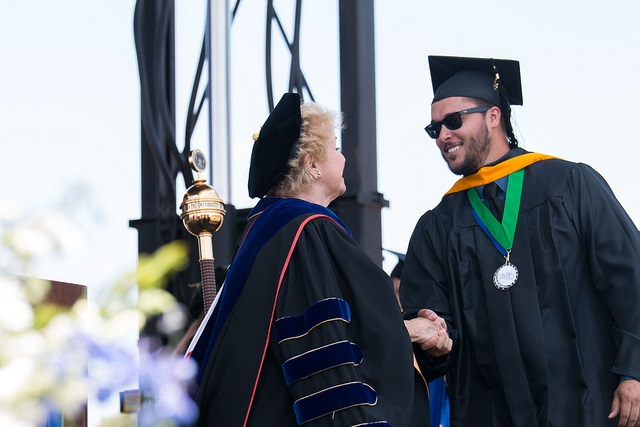 graduate shaking Presidents hand